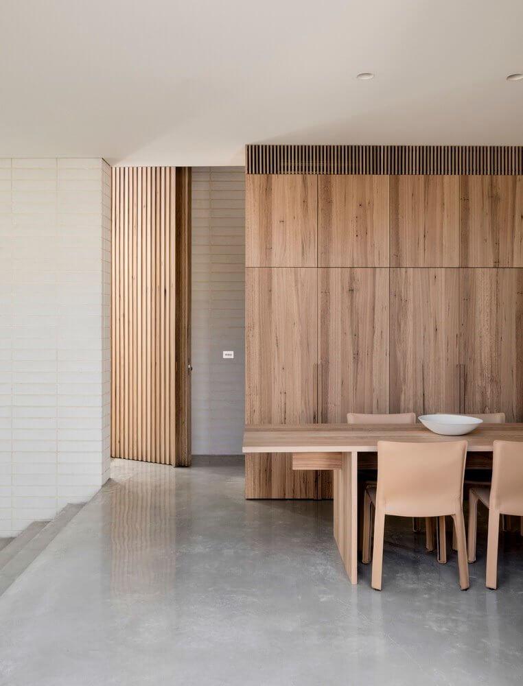 Từ phòng ăn có thể nhìn thấy lối hành lang nhỏ dẫn ra hướng cầu thang