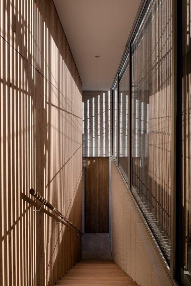Những ô kính được bao bên ngoài bởi những trục gỗ dọc khiến ánh sáng chiếu vào bị phân tán