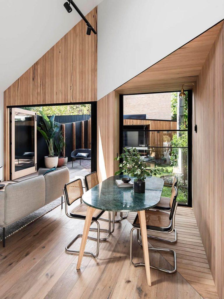 Cách thiết kế trần vát đôi được ốp bởi gỗ công nghiệp rất đặc biệt của nhà mái nhọn