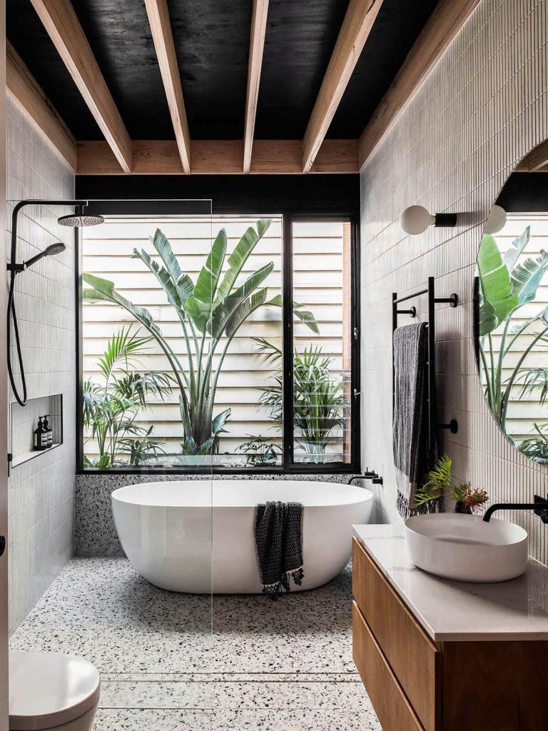 Phòng tắm có sàn terrazzo đẹp mắt, cùng view nhìn thẳng ra vườn
