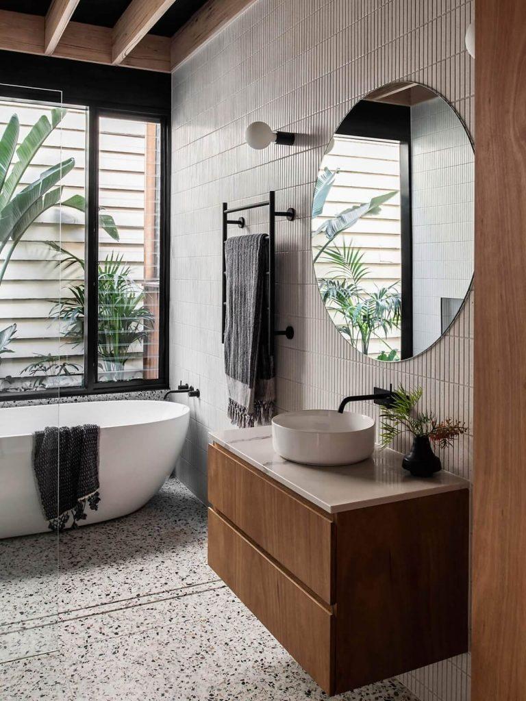 Tường phòng tắm được ốp lát gạch men sạch sẽ