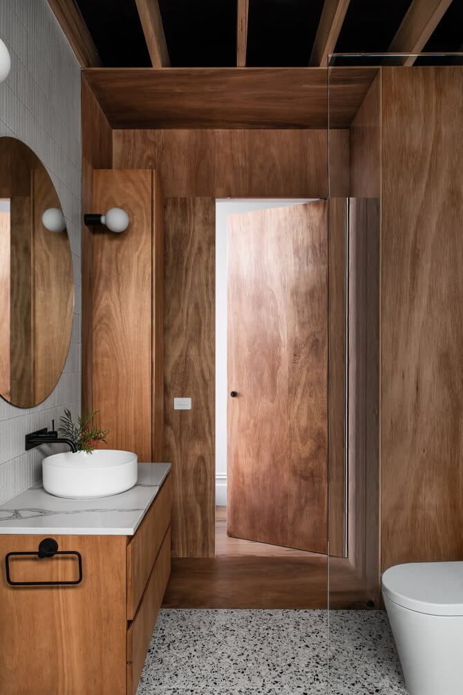 Từ tủ thay đồ trở đi, mọi nội thất đều bằng gỗ