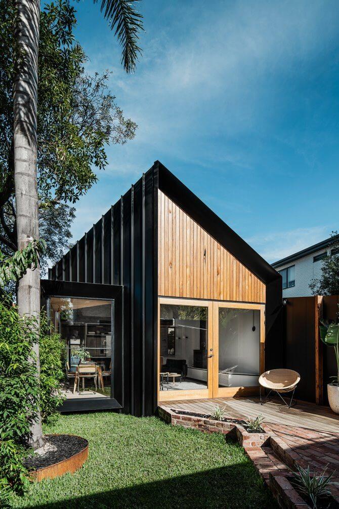 Lối vào nhà được lát bởi gạch và gỗ công nghiệp