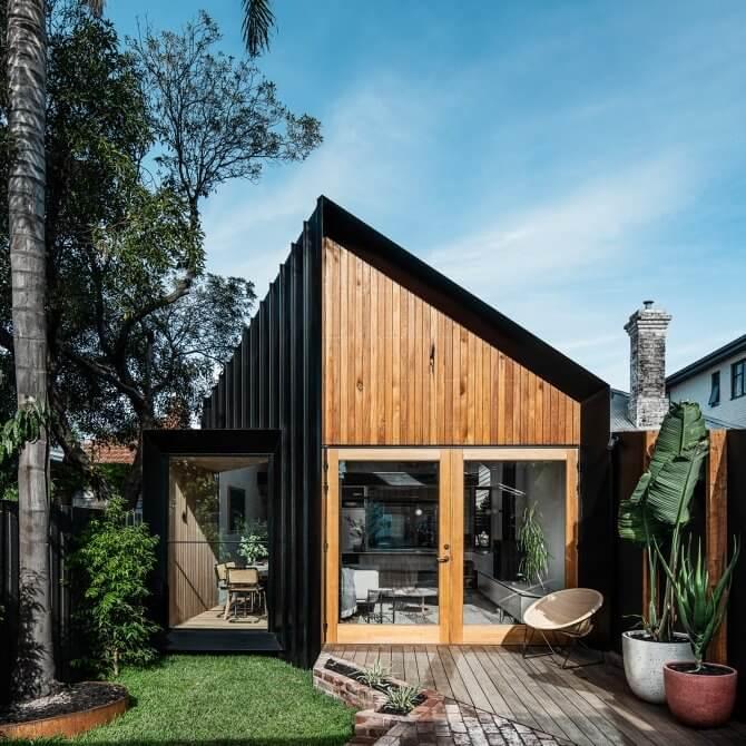 Tổng quan căn nhà mái nhọn có nội thất bằng gỗ công nghiệp