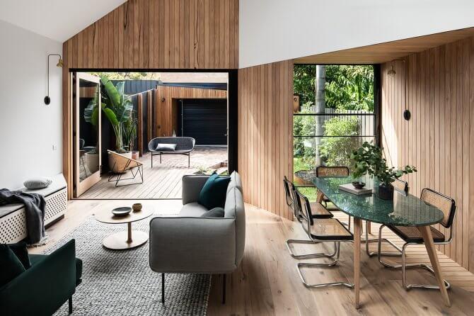 Nền sàn không gian sinh hoạt chung của nhà mái nhọn cũng được lát bởi gỗ công nghiệp