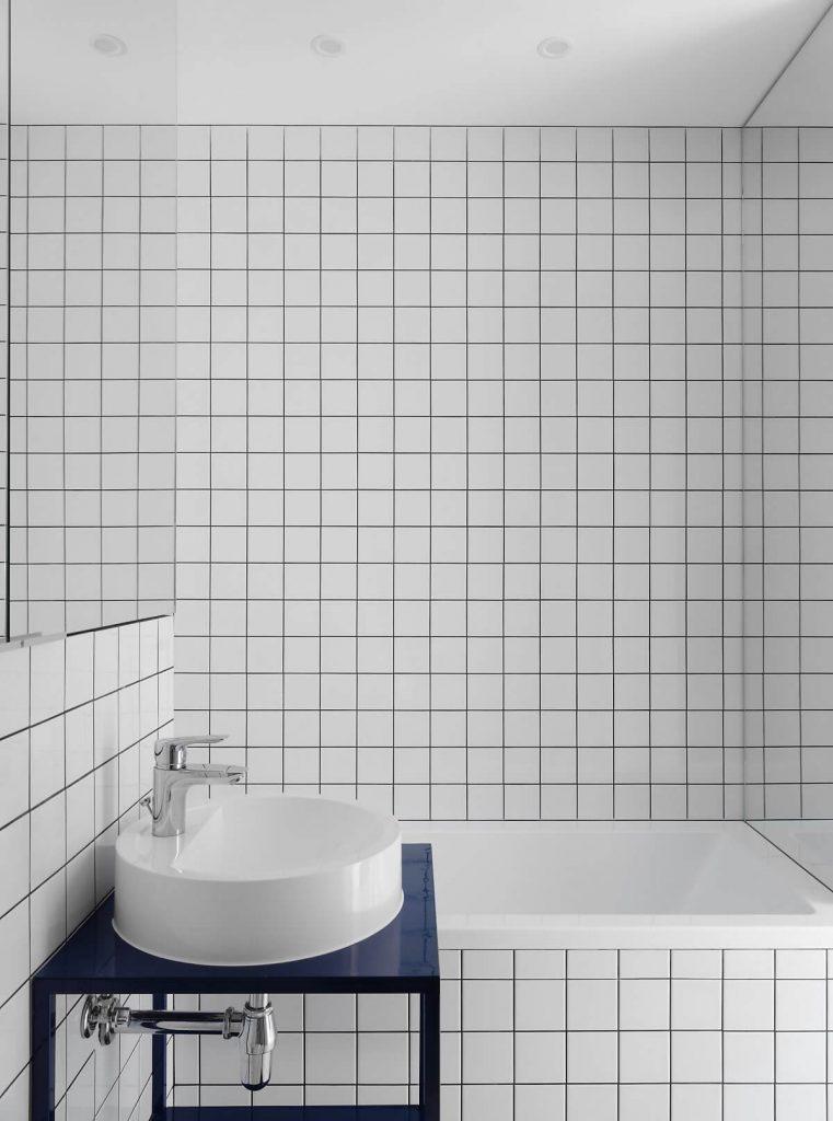 phòng tắm với nội thất tối giản nhờ gạch lát men sứ trắng