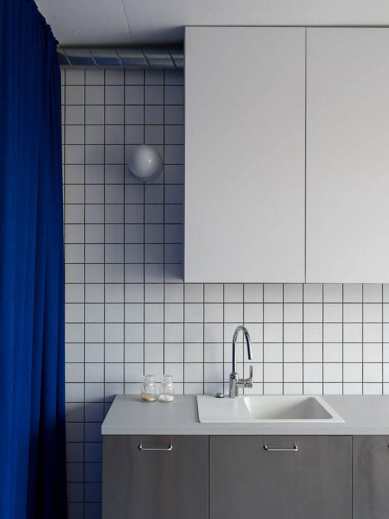 Tường bếp được ốp gạch men sứ sạch sẽ, đơn giản