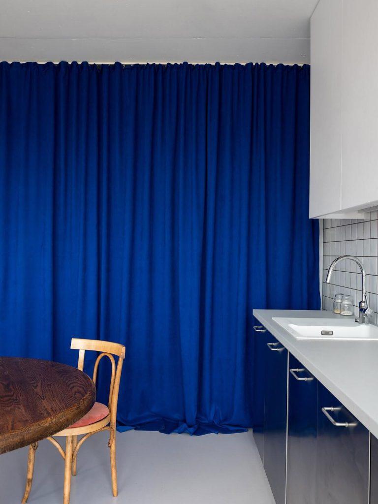 Rèm cửa xanh thay thế tường phân chia mang hơi hướng vintage