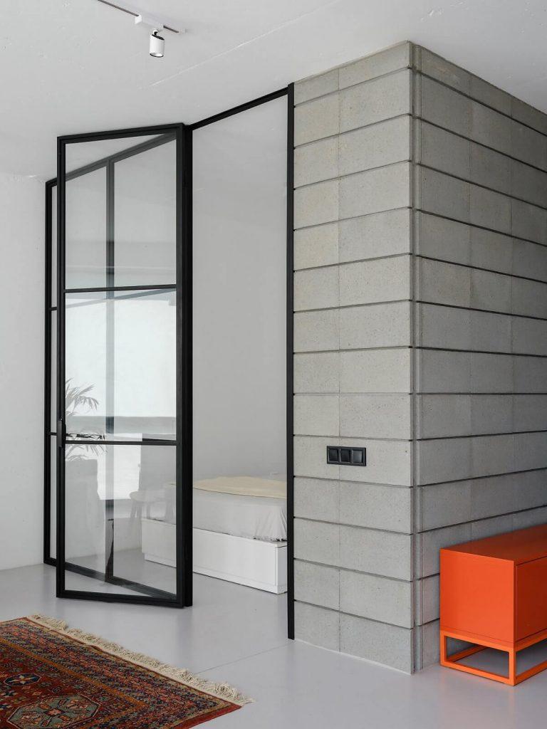 Lớp kính chia các phòng vốn là đặc trưng của phong cách tối giản