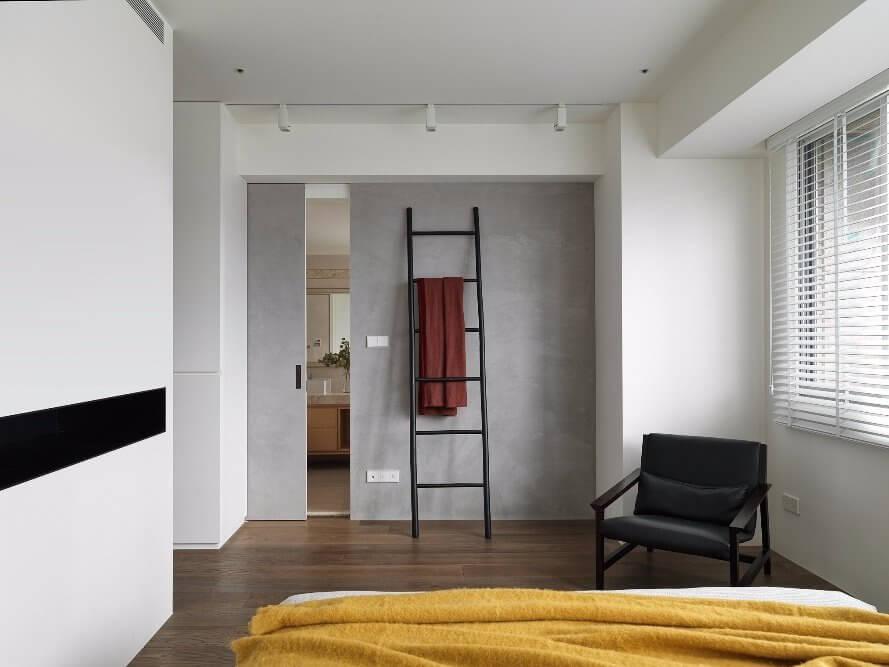 Phòng ngủ sáng sủa có phần cửa kéo ra phòng tắm làm bằng nhựa cao cấp