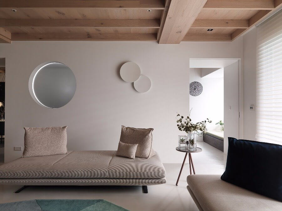Phòng khách của căn nhà có kiểu trần gỗ đẹp