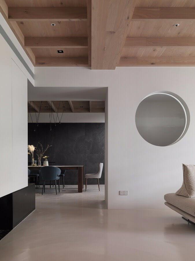 Hệ thống đèn mắt trâu nhỏ được đặt âm trên trần gỗ, mang đến vẻ đẹp cho phòng khách
