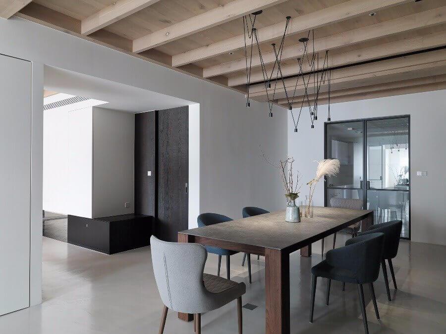 Phòng ăn với bộ bàn ghế mộc mạc là sự pha trộn của nội thất phương đông và phương tây