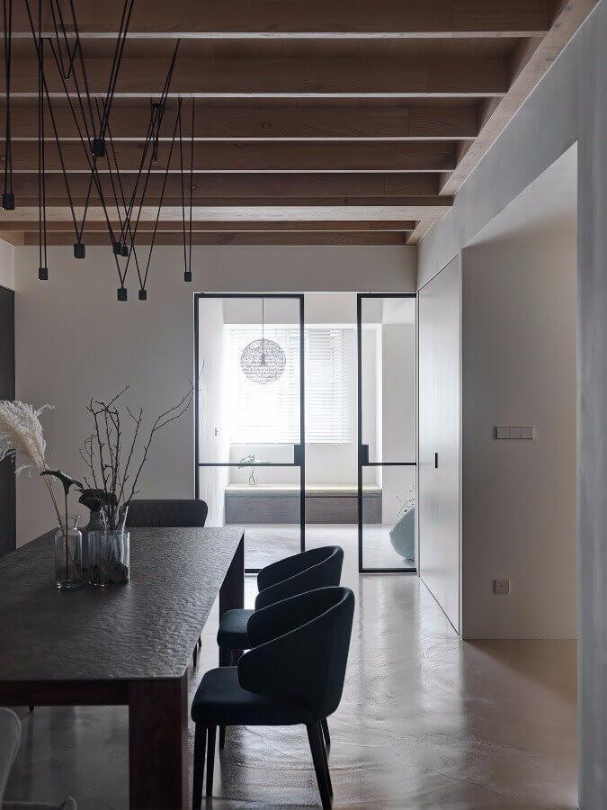 Kiểu trần gỗ đẹp, độc đáo tại phòng ăn với những trục dọc mảnh song song với nhau