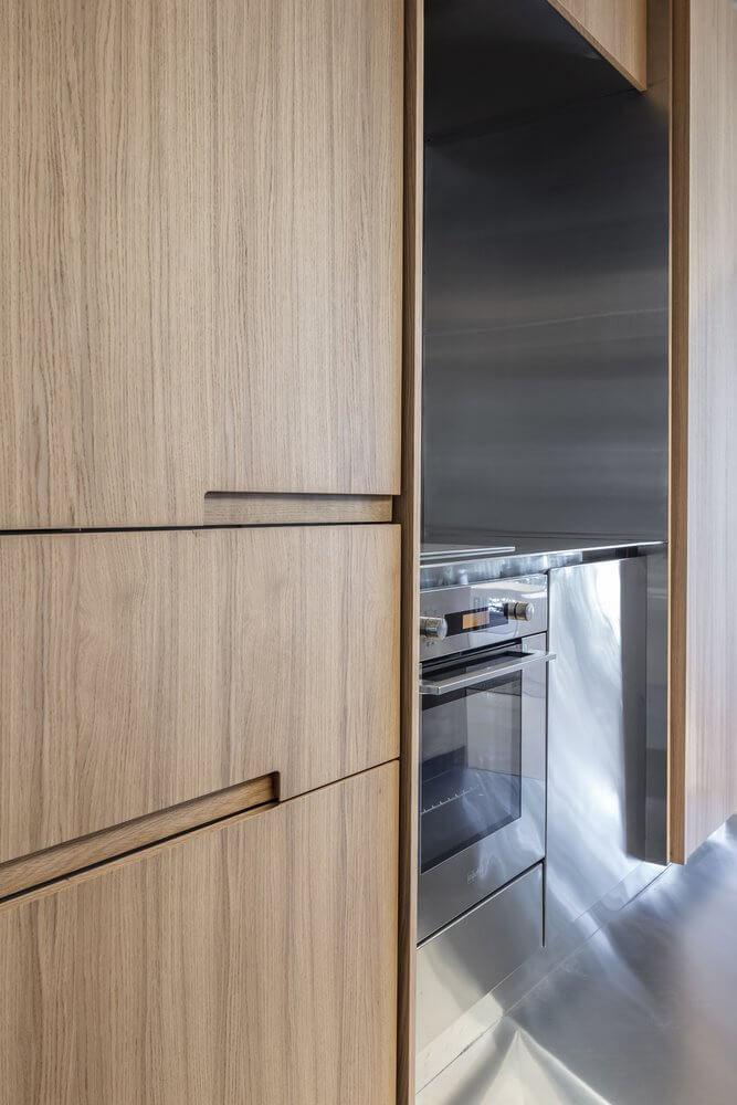 Tủ gỗ tại phòng bếp của căn nhà được xây dựng theo kiểu tiết kiệm chi phí