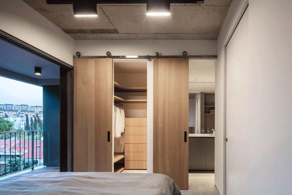 Cửa kéo bằng gỗ để phân chia phòng ngủ với phòng thay đồ và nhà tắm
