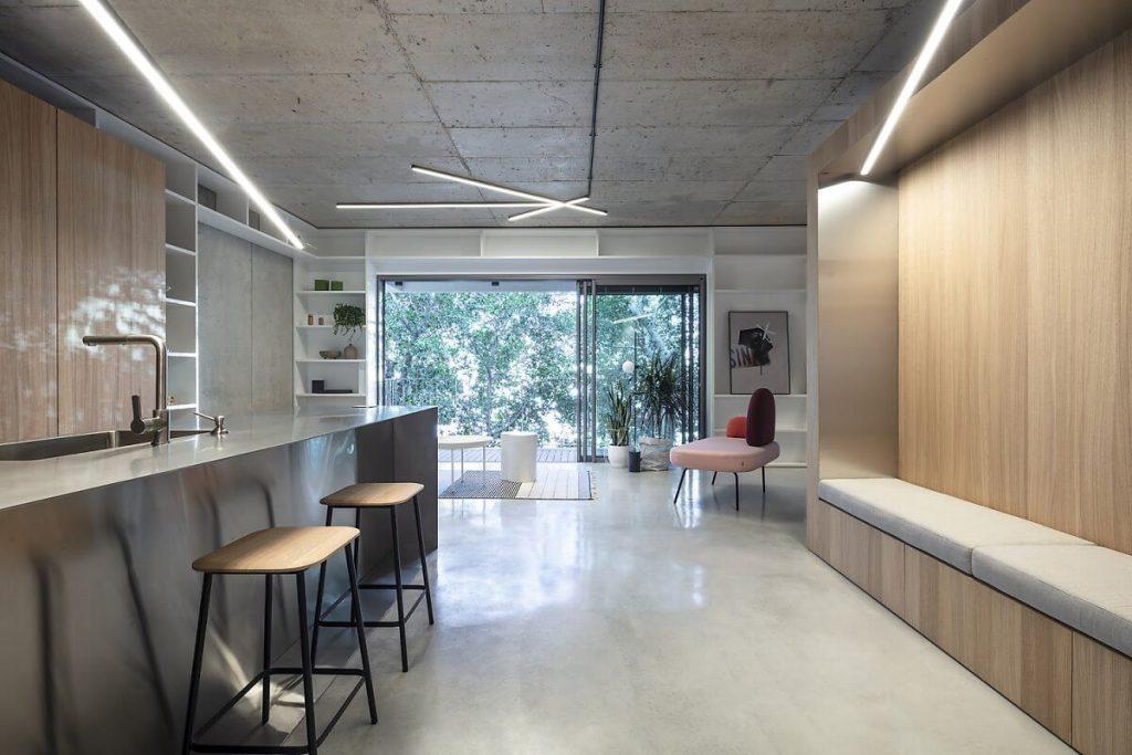 Lối xây nhà tiết kiệm chi phí được thể hiện ở vật liệu bê tông được áp dụng trên trần, trên tường