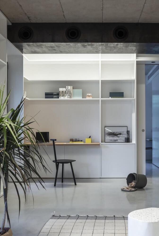 Góc làm việc thông minh trong căn nhà được xây dựng để tiết kiệm chi phí