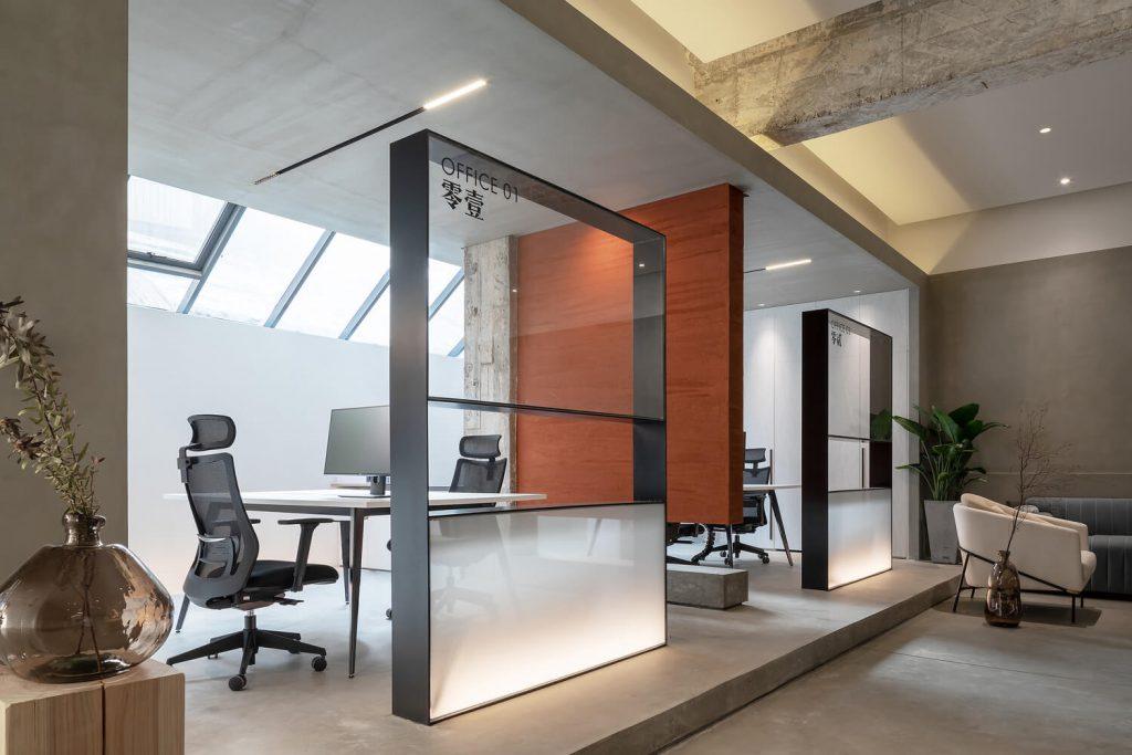 Ana ofis küçük masa ve sandalyeler, kırmızı demir duvarlar bir dizi var - güzel küçük ofis mobilyaları