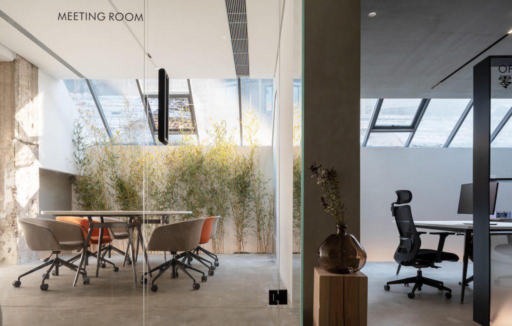 Ofis mobilyaları, tavan kliması ile toplantı odası