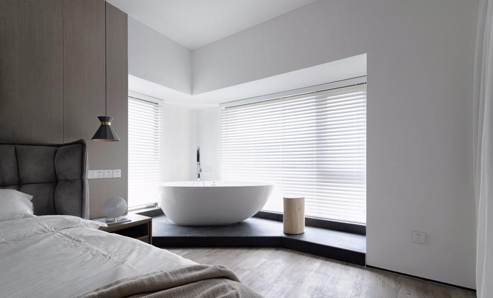 Phòng ngủ master có bồn tắm bên ngoài và cửa sổ xung quang có rèm kéo màu trắng - nhà tắm đẹp không gian mở