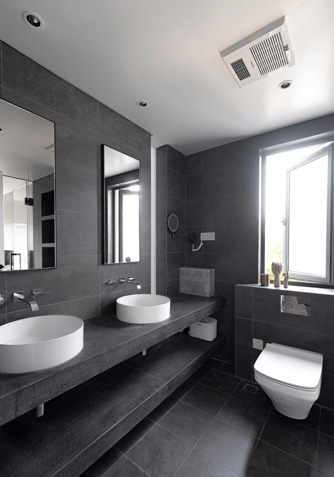 Nhà tắm đầy đủ thiết bị vệ sinh như bồn rửa, bồn vệ sinh, gương và hệ thống máy hút mùi trên trần nhà - nhà tắm đẹp không gian mở
