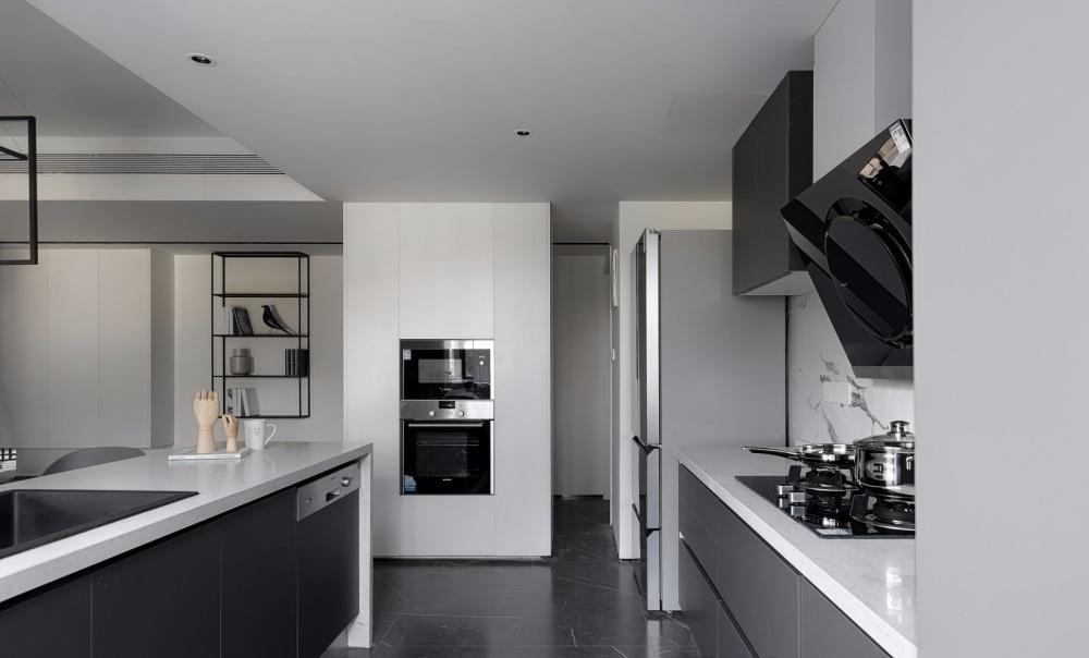 phòng bếp với đầy đủ thiết bị nấu nướng như, tủ lạnh thể tích lớn 2 cánh, máy nướng, lò vi sóng, bếp ga và máy hút mùi.