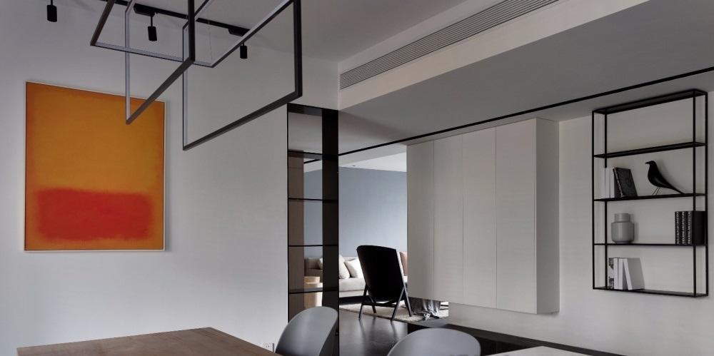Hành lang căn hộ có tủ để đồ bằng gỗ công nghiệp màu trắng, kệ kim loại trưng bày đồ.