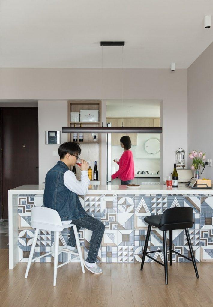Tường bàn ăn được làm lại và dán bằng giấy chất liệu Hàn Quốc chống cháy và chống ẩm mốc