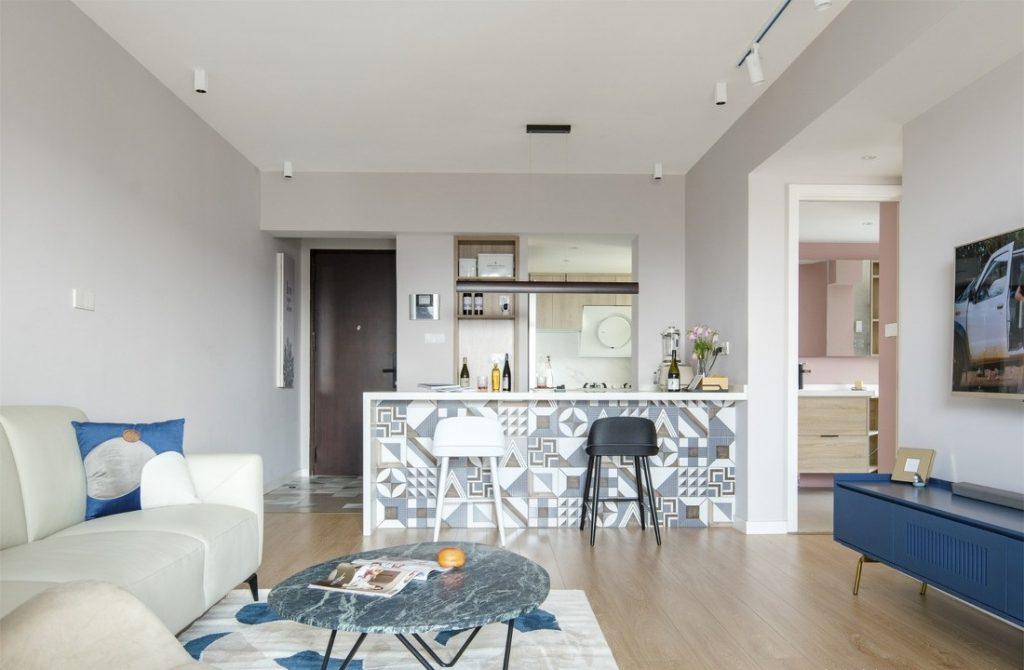 Không gian sinh hoạt chung, Toàn bộ sàn được ốp bằng gỗ công nghiệp bóng, trần nhà được làm lại bằng trần thạch cao