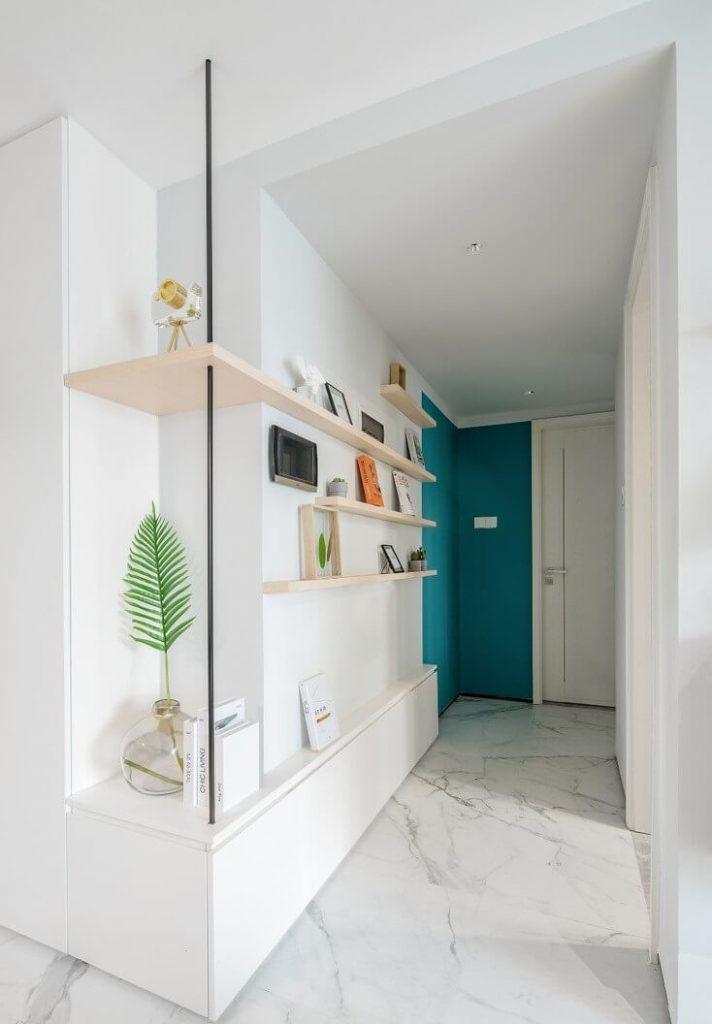 Hành lang dẫn vào các phòng ngủ và nhà vệ sinh được thiết kế cách tân thành một kệ tủ chạy dài một bên tường để có thể đặt đồ tráng trí