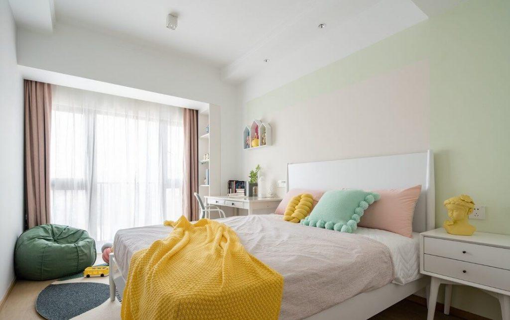 Phòng ngủ phụ cho con gái sử dụng bộ ga đệm màu hồng sáng màu nữ tính