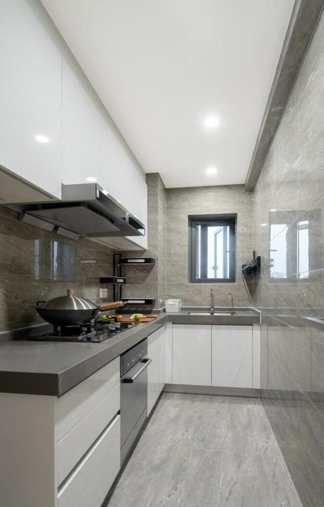 Gian bếp riêng biệt đầy đủ các thiết bị nấu nướng như bếp ga, máy hút mùi, máy rửa chén, bồn rửa - cải tạo nội thất chung cư