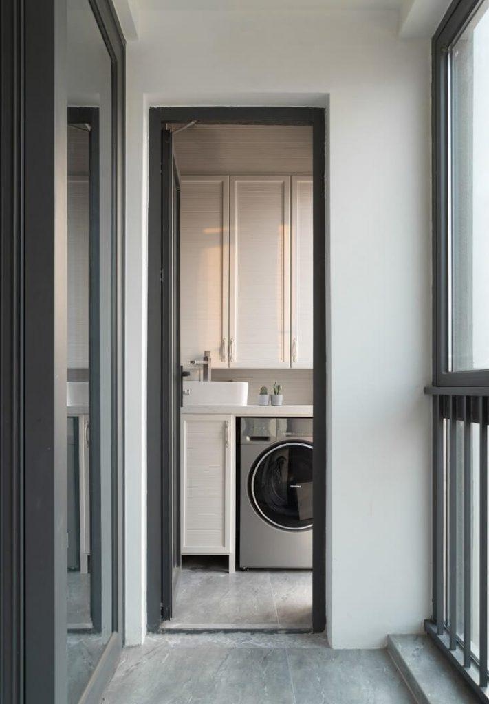 ban công có máy giặt và tủ để đổ có thể phơi phóng quần áo