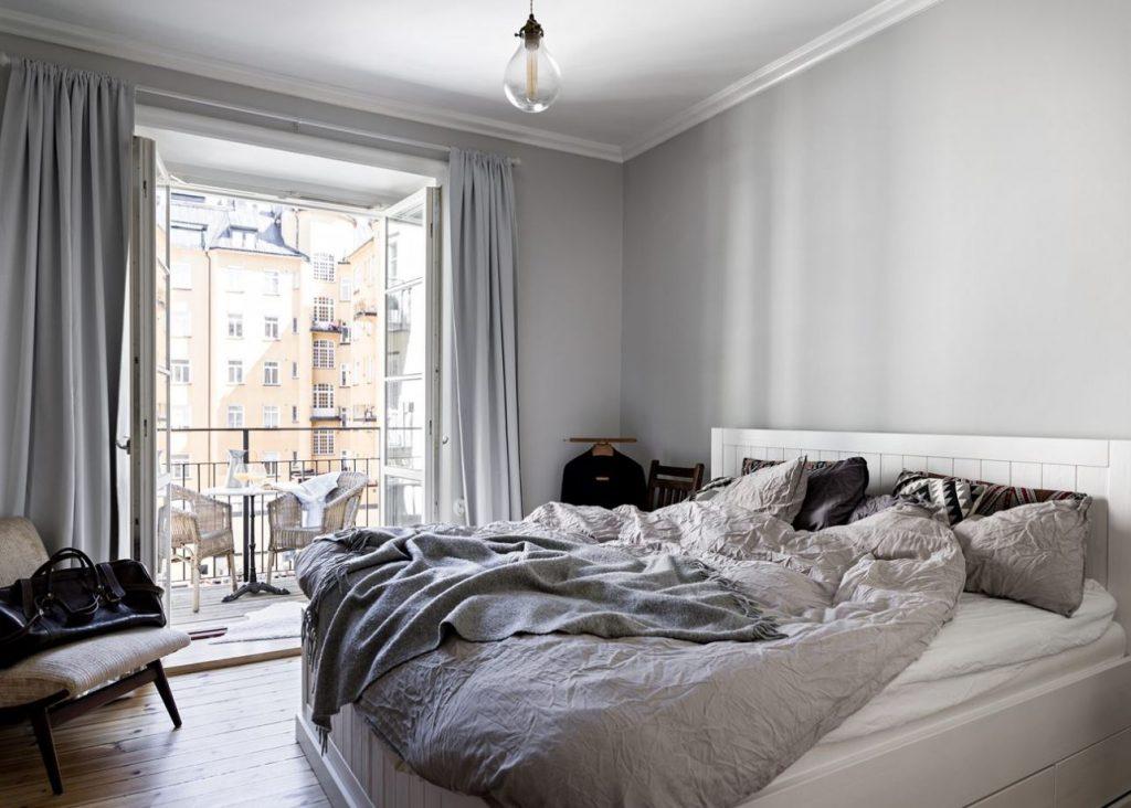 Phòng ngủ có giường lớn và bộ rèm xám