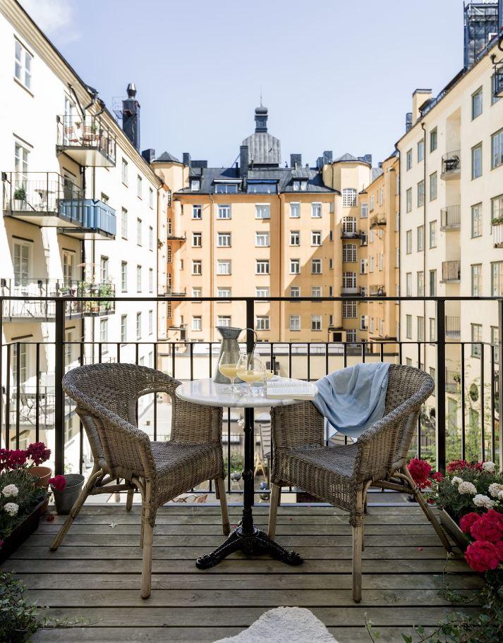 Phía ngoài ban công của phòng ngủ có bộ bàn ghế lười đơn giản và đẹp - thiết kế căn hộ nhỏ