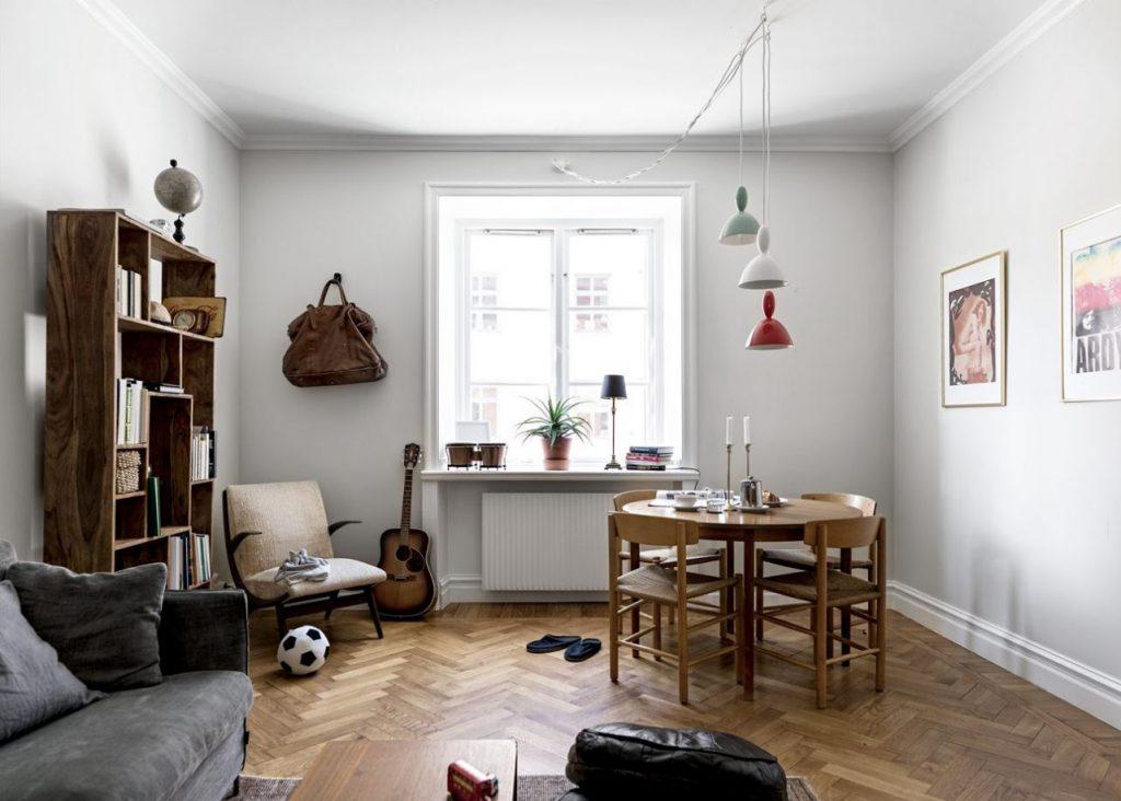 Phòng khách có bàn trà và kệ tủ cùng bộ sofa xám đẹp - thiết kế căn hộ nhỏ