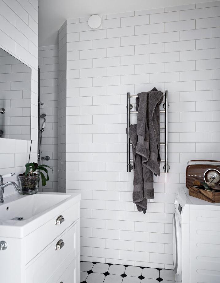 Nhà vệ sinh sử dụng gạch ốp tông màu trắng - thiết kế căn hộ nhỏ