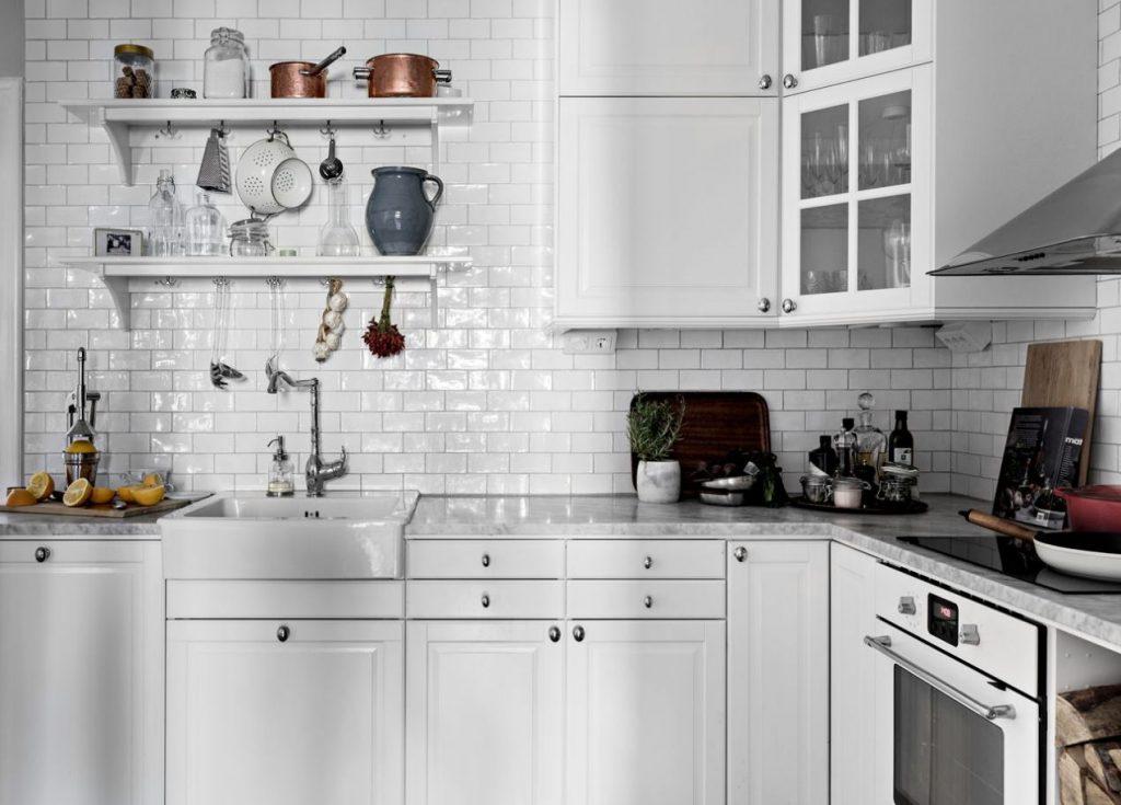 Các thiết bị nấu nướng bố trí gọn gàng nhờ có tủ gỗ công nghiệp đẹp - thiết kế căn hộ nhỏ