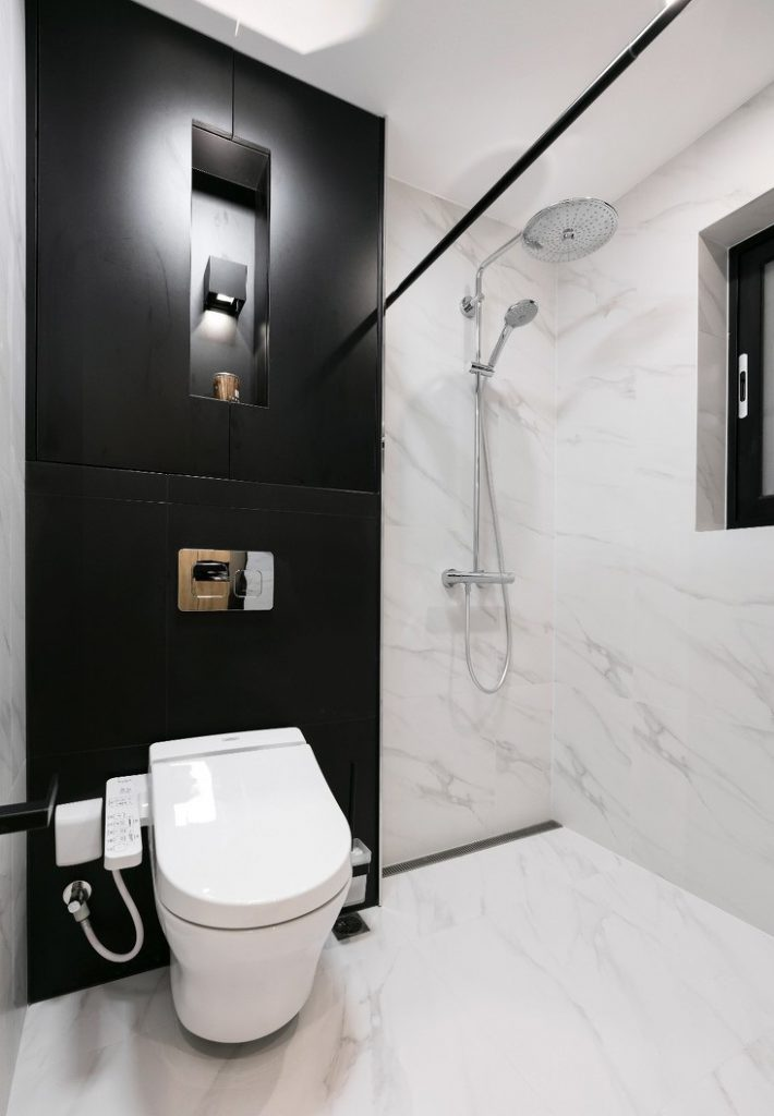 Nhà vệ sinh có bồn cầu thông minh, vòi tắm đứng, sàn gạch ceramic chống trơn trượt