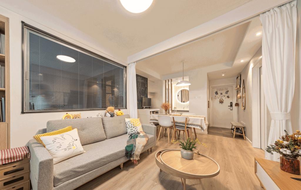 Khu vực sinh hoạt chung sàn được làm toàn bộ bằng sàn gỗ công nghiệp kết hợp cùng trần thạch cao - nội thất chung cư mini