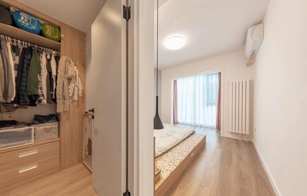 Phòng ngủ chính chia thành phòng để đồ và không gian giường ngủ riêng biệt