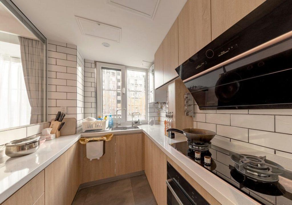 U-образный дизайн кухонного шкафа в сочетании с белым кварцевым камнем