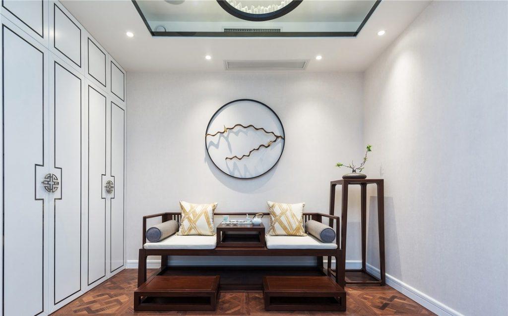 phòng trà có bộ bàn trà và trần thạch cao có đèn âm trần