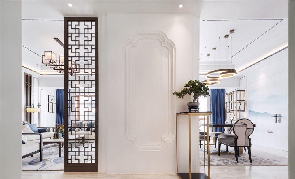 Hành lang có bức tường lớn trắng và tấm gỗ hình lưới tản nhiệt