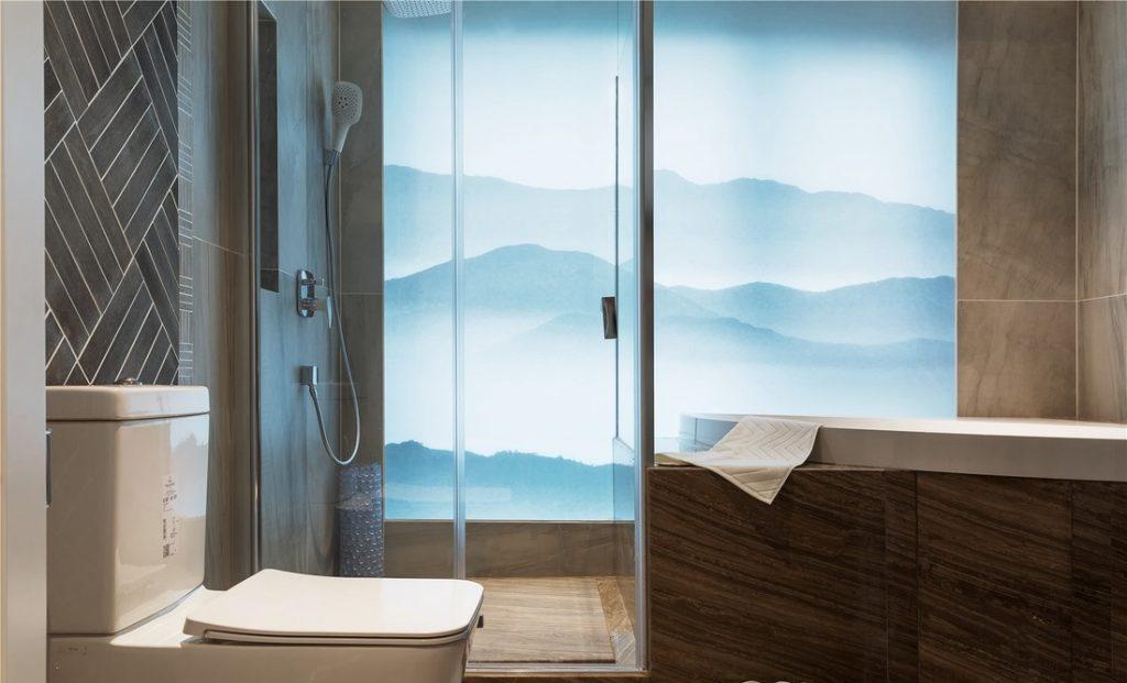 nhà vệ sinh có vách kính cùng bồn tắm và thiết bị vệ sinh hiện đại