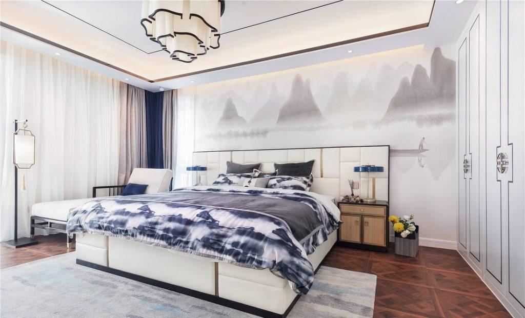giường ngủ lớn, đèn trần hình bông hoa, bức trang trang trí đầu giường và tủ quần áo bằng gỗ