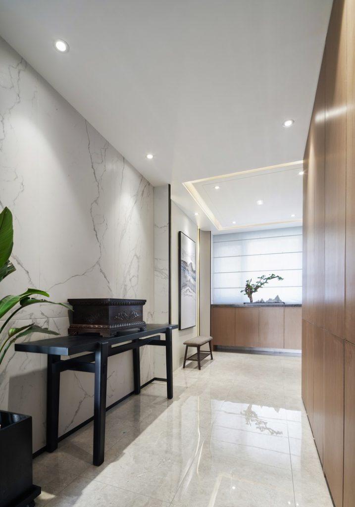 Apartmentkorridor mit industriellen Holzschränken und polierten Fliesenböden