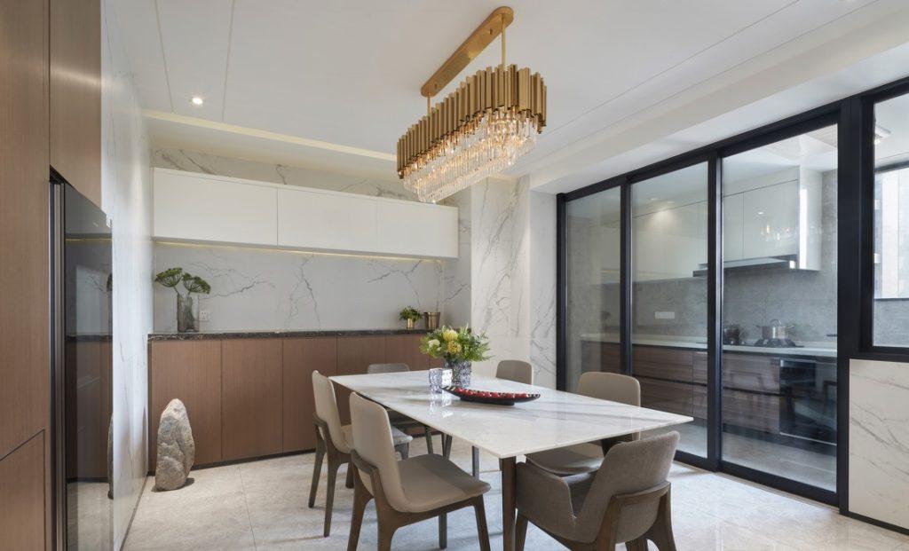 luxuriöse goldene Deckenleuchte, Glastür, die den Raum trennt