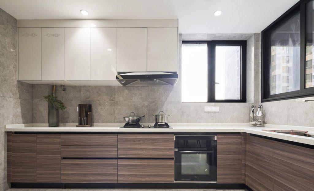 Küche mit Induktionsherd, Geschirrspüler, Dunstabzugshaube, industriellen Holzschränken, Keramikfliesen